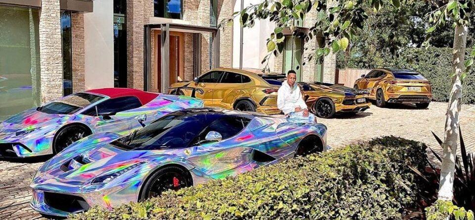 Aubameyang met een paar monsters van zijn supercars-verzameling