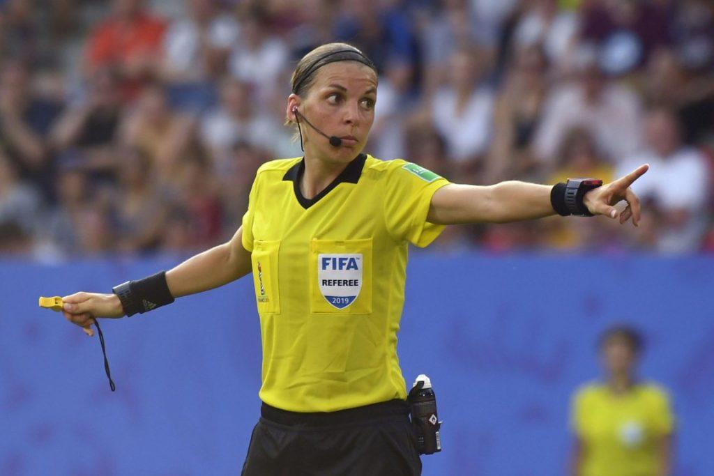 Vanavond heeft voor het eerst een vrouwelijke scheidsrechter de leiding in een Champions League-wedstrijd.