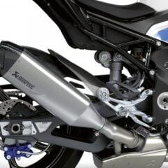De BMW M RR is uitgerust met een lichtgewicht titanium uitlaatsysteem van Akrapovič