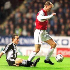 Bergkamp scoort tegen Newcastle United met de Nike Geo Merlin 2000 bal