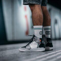 De sneaker en sokken uit de samenwerking