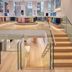 De split-level ruimte heeft een modern en tijdloos ontwerp
