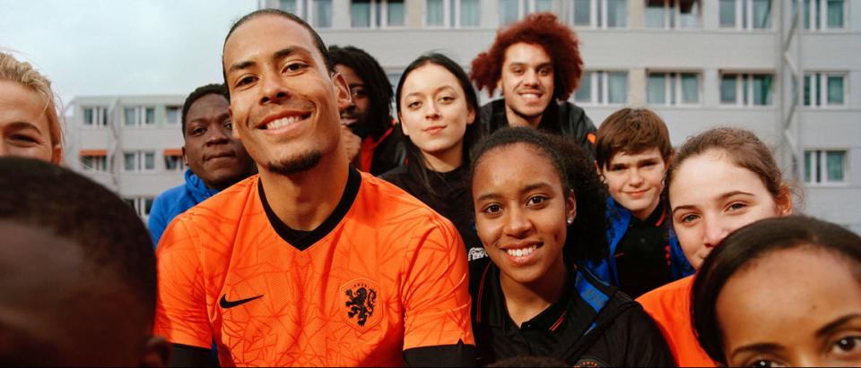 Virgil van Dijk showt het nieuwe thuisshirt van het Nederlands Elftal