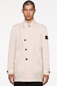 Deze jas heeft een zachte kleur, in tegenstelling tot de opvallende tinten in andere stukken