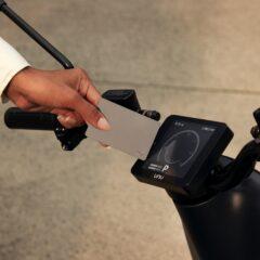 De e-scooter heeft een digitale deelsleutel