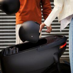 De future proof scooter beschikt over genoeg ruimte om twee helmen in op te bergen