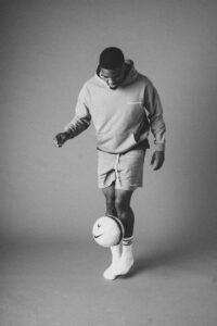 Myron Boadu doet waar hij goed in is, voetballen